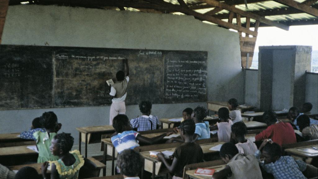 Un enseignant en classe - Crédit photo: www.rfi.fr
