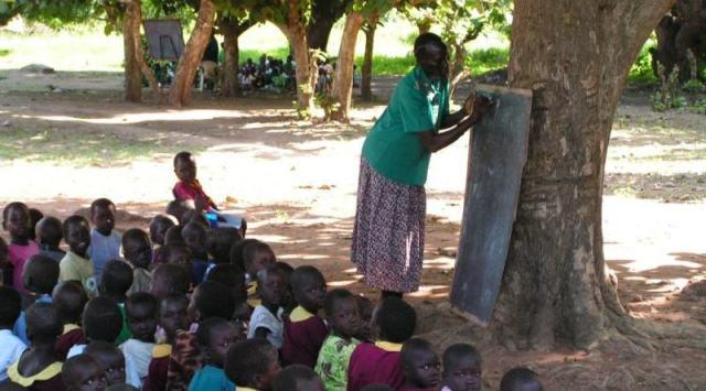 L'école sous l'arbre; Remarquez la deuxième classe à gauche - Crédit photo: mundri.anglican.org