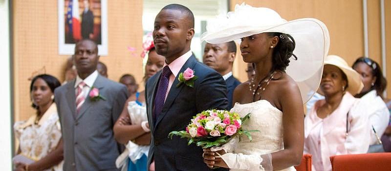 Mariés devant le l'aise © Thierry Seguin (fr.thierryseguin.com)