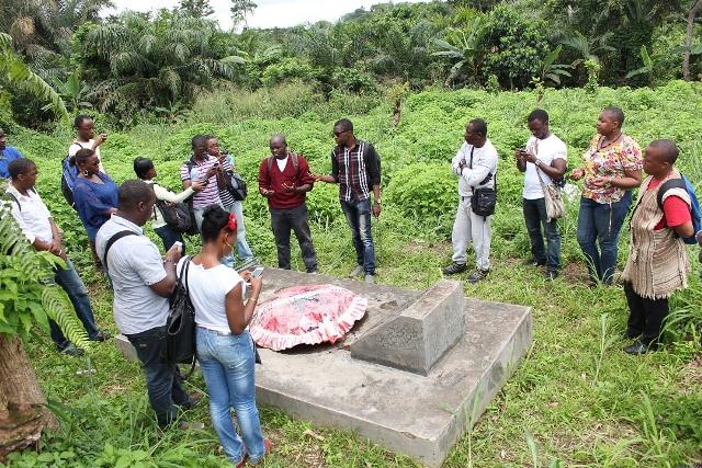 La tombe du Mpodol, envahi par les brouissailles - Crédit photo: kongossa.mondoblog.org