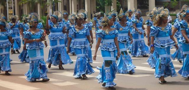 On reconnaît les vraies femmes à leurs pagnes - Crédit photo: fryou-tables-cuisine-jardin.blogspot.com