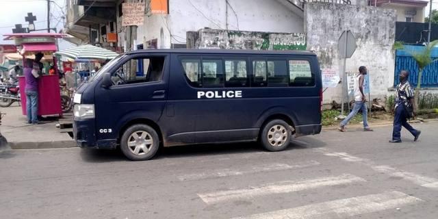 Les cars qui n'ont jamais de carburant, surtout quand on appelle pour un braquage - Crédit photo: Papy Bikanda