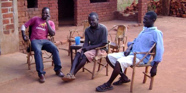 Il suffit que 2 ou 3 soient rassemblés pour que le kongossa s'installe - Crédit photo: afrique-a-velo.jeremiebt.com