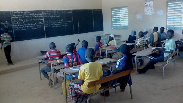 Eleves dans la salle de classe afrique