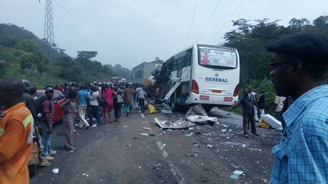 Bus accidenté sur l'autoroute Douala - Yaoundé